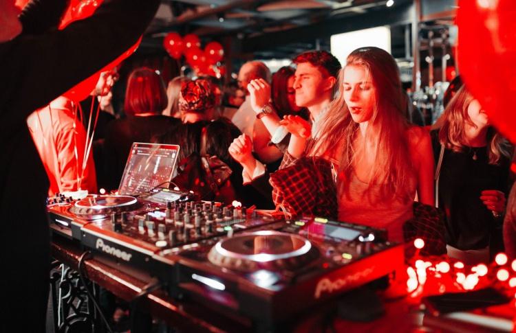 Фестиваль 90-х, концерт «АукцЫона» и юбилейная вечеринка «Пика-Пика»: уикенд в Москве