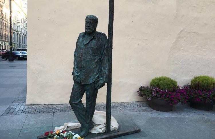 Памятник Сергею Довлатову появился в Санкт-Петербурге