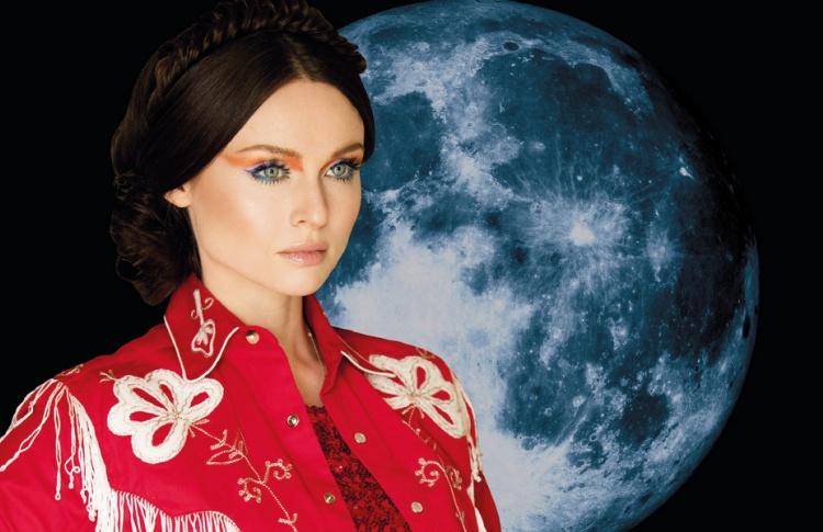 Шоу «Фавориты луны. Поцелуй» с участием Софи Элис-Бекстор