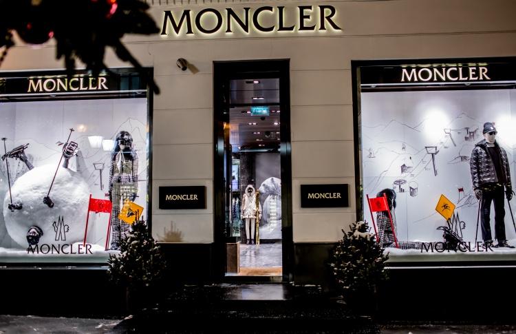Как магазины украшают витрины перед Новым годом?