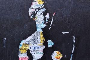 Находка дня: московский художник создал «Венеру Милосскую» из рекламных объявлений