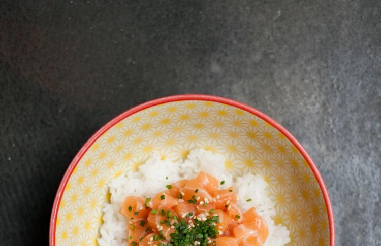 Поке с лососем и понзу