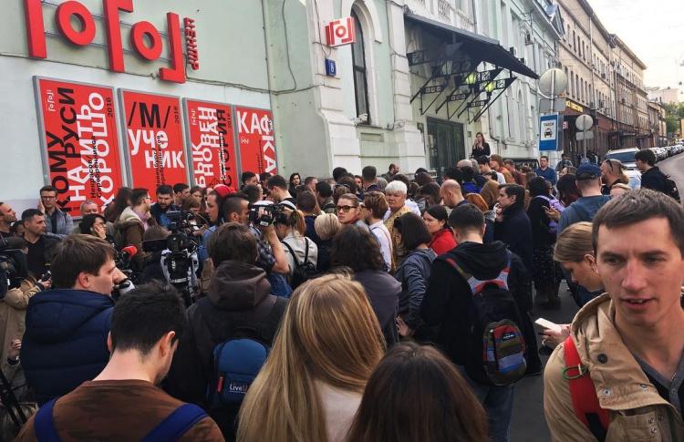 Перед «Гоголь-центром» собралось 200 человек. К театру подъехали автозаки и ОМОН