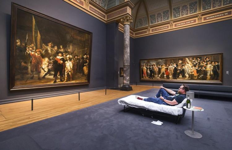 Посетителю музея в Амстердаме разрешили провести ночь наедине с картиной Рембрандта