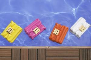 Надо брать: надувная сумка Furla