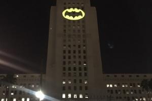 На здании администрации Лос-Анджелеса зажгли Бэт-сигнал в память об актере Адаме Уэсте