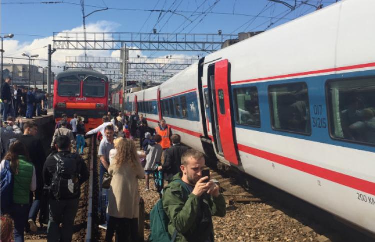 На Курском вокзале в Москве столкнулись поезд и электричка