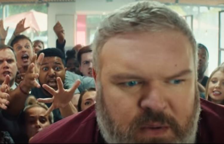 Ходор из «Игры Престолов» сыграл официанта в рекламе KFC