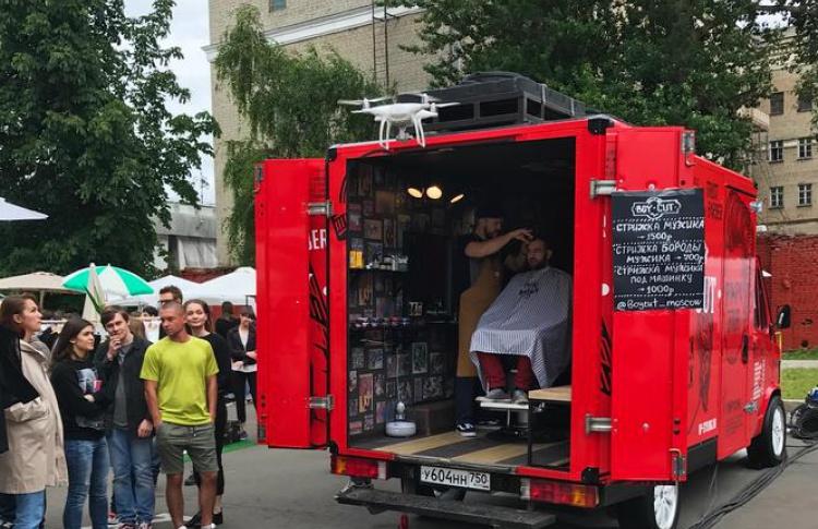 В Москве открылся передвижной барбершоп в фургоне грузовика