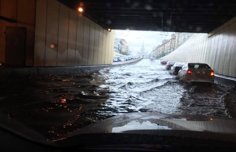 Улицы Москвы затопило после сильной грозы