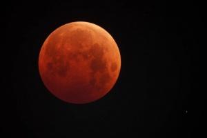 В понедельник москвичи смогут увидеть бордовую Луну