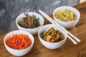 Сет корейских салатов в K-Town Noodle Bar — за билет на выставку
