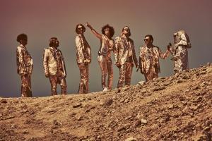 Arcade Fire извинились за рекламную кампанию с дресс-кодом для фанатов