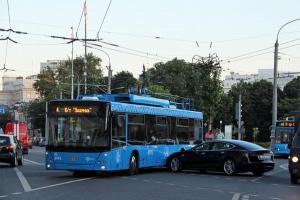 В Москве электрокар Tesla столкнулся с троллейбусом