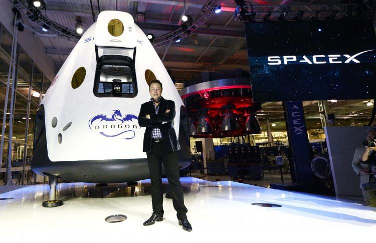 Илон Маск показал первый скафандр SpaceX