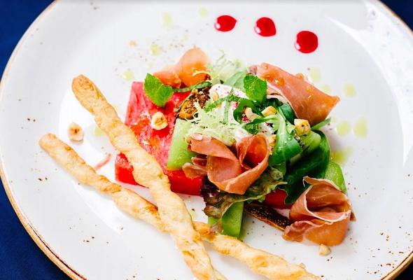 В сети винных баров Brix запустилось сезонное меню из блюд с лисичками и арбузами - Фото №1