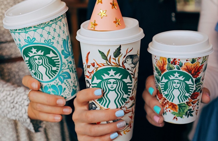 Starbucks представляет лимитированную серию стаканчиков с юбилейным дизайном
