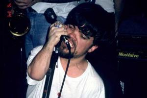 В молодости Питер Динклэйдж играл в панк-группе. И умел зажечь!