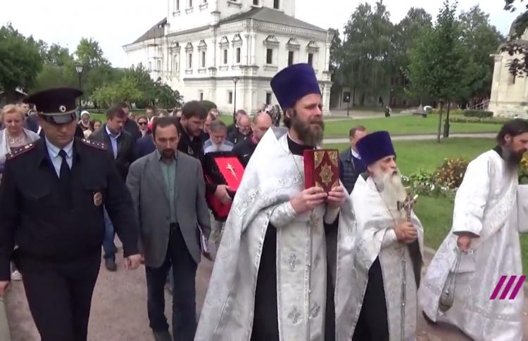В Москве прошел крестный ход против шашлычной