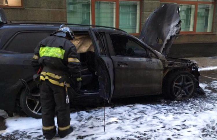 """Рядом с офисом адвоката Алексея Учителя сожгли два автомобиля. И разбросали листовки «За """"Матильду"""" гореть»"""