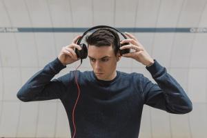 Приложения «ВКонтакте» и «Одноклассников» ограничили фоновое прослушивание музыки до часа в день