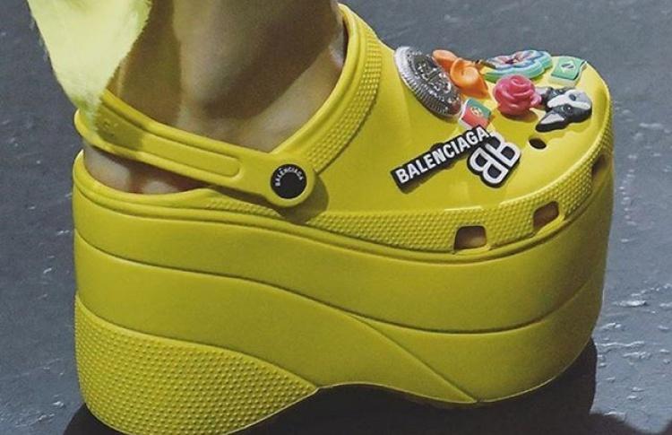 Balenciaga показала коллаборацию с Crocs. И это ужасно