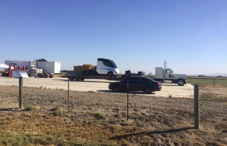 В сети появилась первая фотография грузовика Tesla