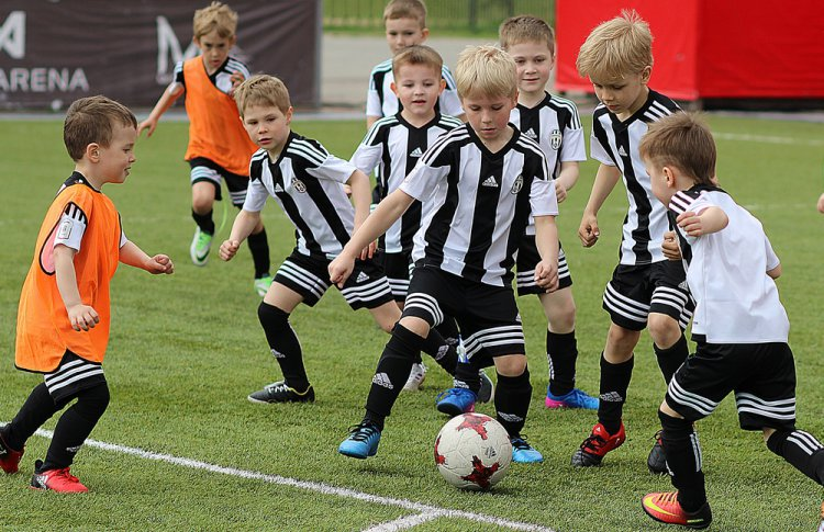 Футбол, футбол, кричат болельщики «гол!»