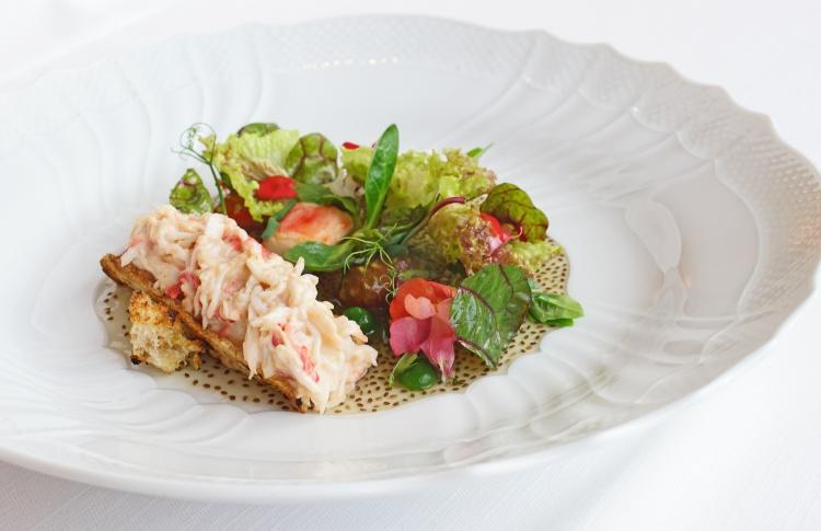 Брускетта с крабовым салатом и розовой сальсой, OVO by Carlo Cracco (3900 рублей)