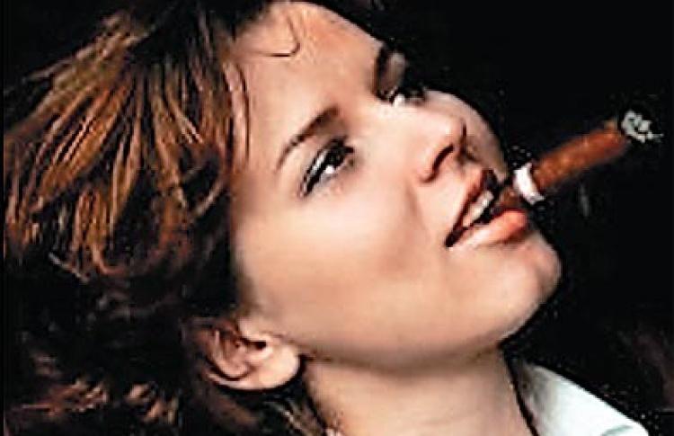 Сигарным сомелье назначена девушка