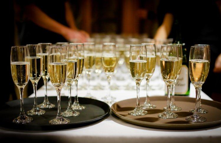 К Новому году шампанское в России подорожает на 10-15 %
