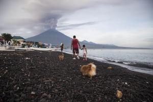 Российских туристов эвакуируют с Бали на соседние острова из-за извержения вулкана