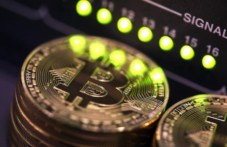 Курс биткоина впервые в истории превысил 10 тысяч долларов