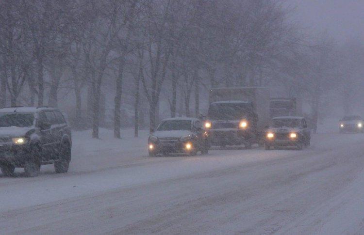 Из-за снегопада в московских аэропортах отменили десятки рейсов. Город встал в пробках