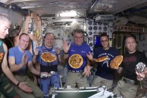 На МКС испекли первую космическую пиццу. Космонавтам понравилось!