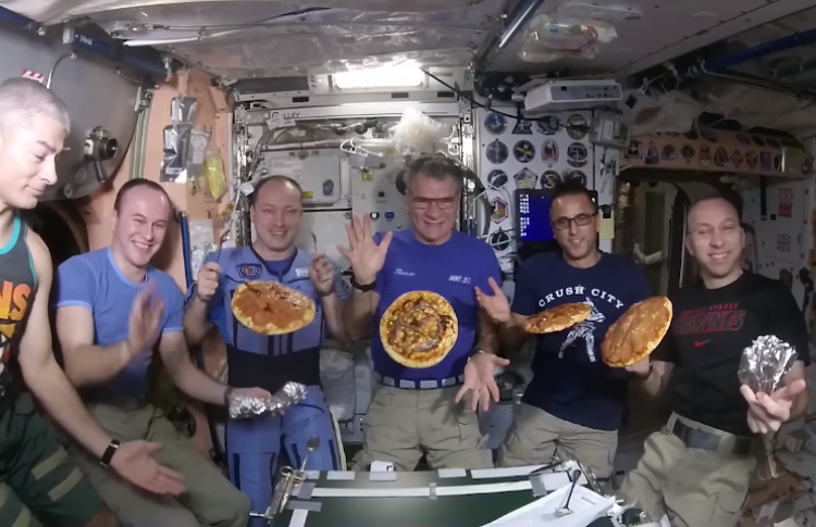 НаМКС итальянский астронавт Паоло Несполи угостил экипаж пиццей