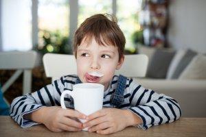 Чем заменить обычное молоко для ребенка? Разбираем популярные альтернативы
