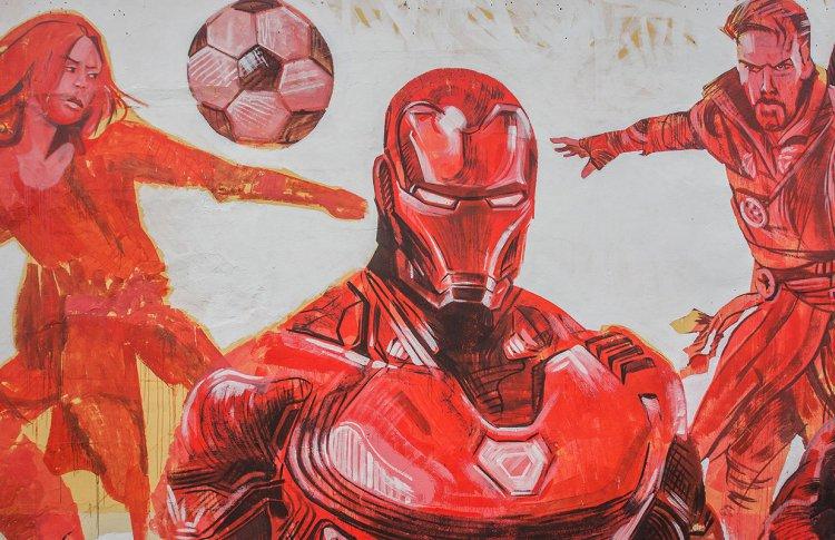 Мстители в Москве играют в футбол