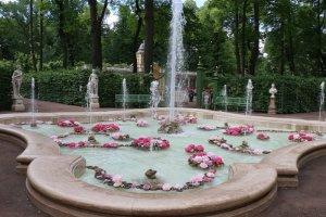 Первый в России парфюмированный фонтан заработал в Петербурге