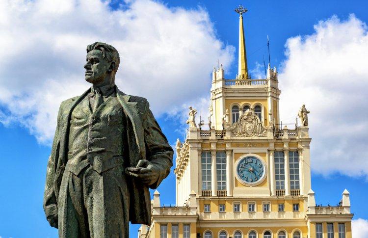 Триумфальная площадь и Театр Луны готовят подарки к юбилею Маяковского