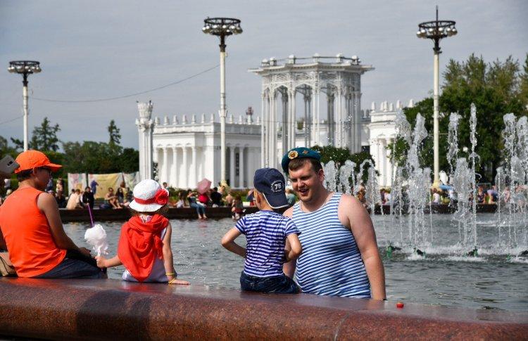 Погода в Москве благоприятствует купанию в фонтанах