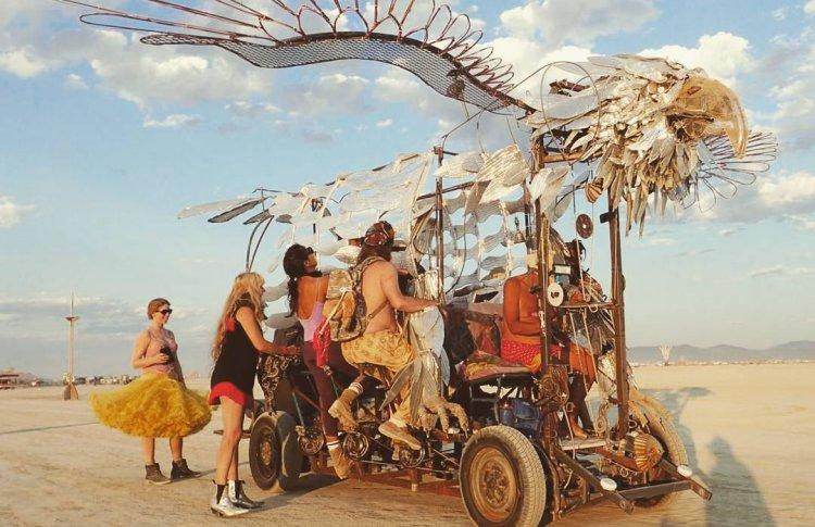 Современное искусство посреди пустыни, США