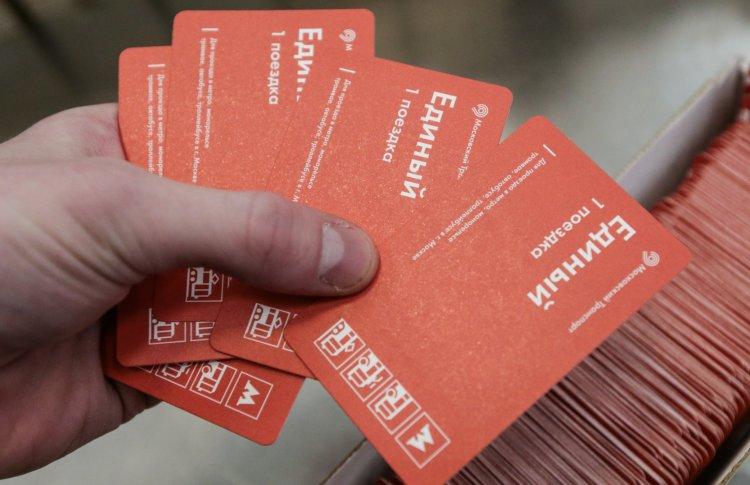 В Москве поставили елку из использованных билетов на метро