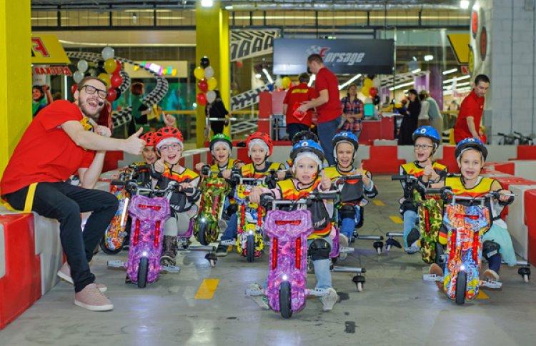 Детки рулят: в Петербурге открылась первая гоночная трасса для электрических дрифт-каров