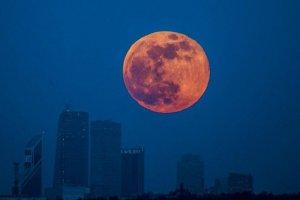 Сегодня ночью над Россией взойдет самая большая Луна