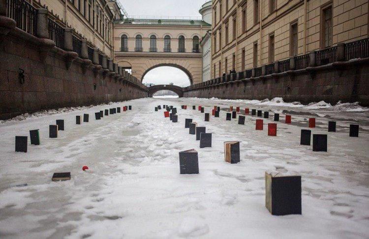На льду Зимней канавки появились книги