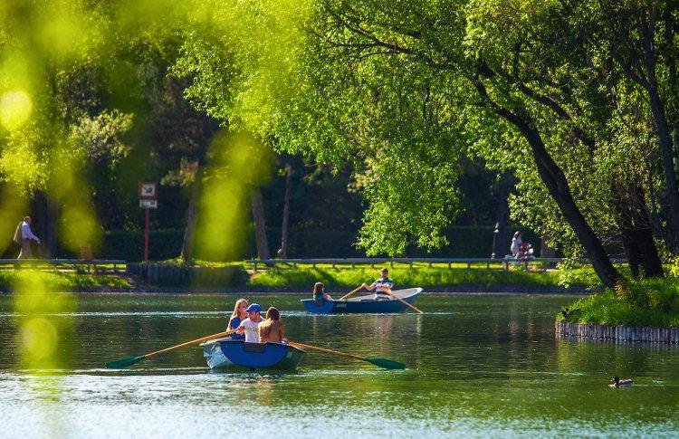 Прокат лодок открыли в 8 столичных парках