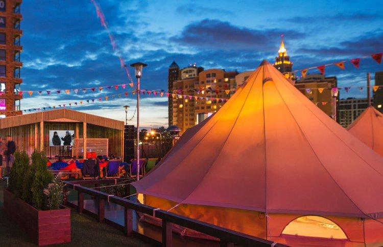 В Москве на 3 недели откроют глэмпинг с палатками баухаус и бассейном