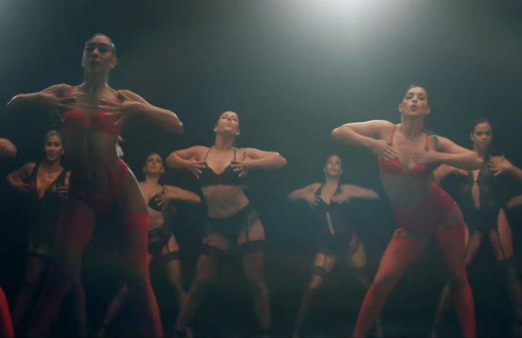 Джон Траволта станцевал танго в новом клипе Питбуля