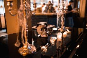 Хэллоуин в московских ресторанах: гусеницы в баночках, монстры в пакетиках, глазастые торты